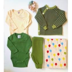"""Baby Geschenkbox zur Geburt """"Grünes Zwerglein"""" mit 2 Bodys, Pullover, Hose und Greifling"""