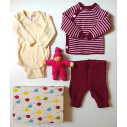 """Baby Geschenkbox zur Geburt """"Beeriges Zwerglein Midi"""" mit Body, Pullover, Hose und Greifling"""